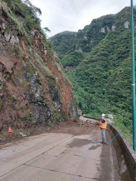 A rocha de grandes dimensões apresenta risco de queda sobre a via – Foto: Secom/Divulgação/ND