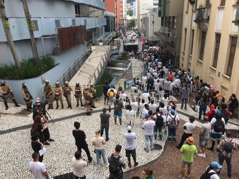 Grevistas da Comcap na frente da Câmara de Florianópolis durante votação do projeto que fez mudanças na autarquia – Foto: Leo Munhoz/ND