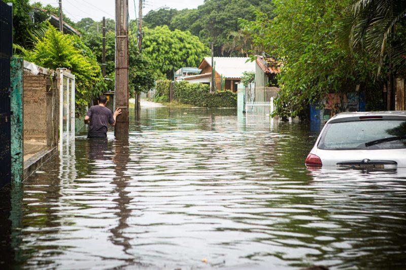 Lagoa artificial rompeu e invadiu servidão da Lagoa da Conceição na manhã de segunda-feira (25). Foto: Felipe Carneiro/Especial para o ND