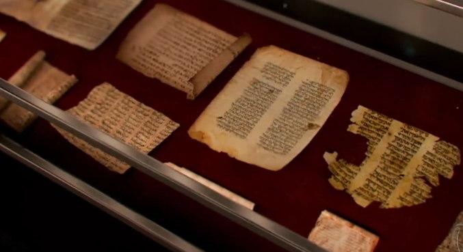 Manuscritos Bíblicos de Gênesis: Os manuscritos são considerados a versão mais antiga do texto bíblico. Os textos mais antigos de Gênesis em hebraico datavam da Idade Média do ano 1000 de nossa era. Eles são guardados no museu de Israel e alguns no museu de Aman, na Jordânia – Foto: Record TV/Divulgação