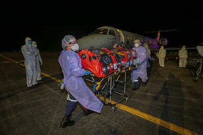 Ainda no pátio da Base Aérea, começou a operação de transporte dos pacientes para os hospitais de Florianópolis. Oito foram para o hospital Nereu Ramos e três para o hospital Universitário. – Foto: Mauricio Vieira/Secom/ND