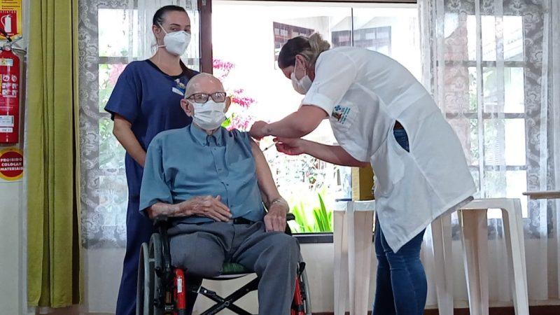 Professor de 89 anos foi o primeiro idoso a receber a vacina contra Covid-19 em Joinville – Foto: Juan Todescatt/NDTV