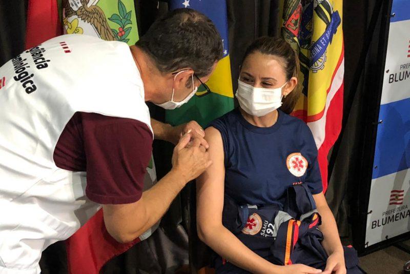 Profissionais do Samu também foram vacinados – Foto: Gabriela Milanezi / NDTV Blumenau