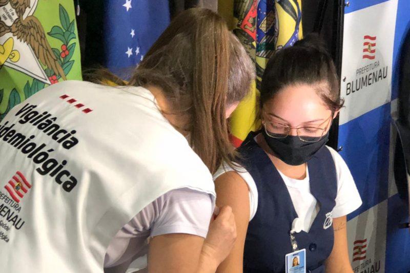 Dez profissionais da saúde foram os primeiros vacinados em Blumenau – Foto: Gabriela Milanezi / NDTV Blumenau
