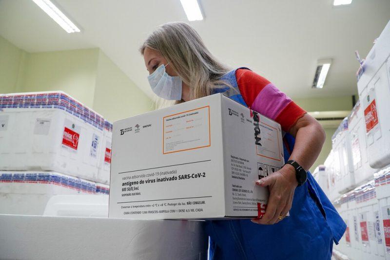 Ainda na manhã de segunda-feira (18), as 144 mil doses da Coronavac chegaram à Base Aérea de Florianópolis e, por volta das 14 horas, deram entrada no Centro de Distribuição da (SES) Secretaria de Estado da Saúde, em São José – Foto: Ricardo Wolffenbüttel/Secom/Divulgação/ND