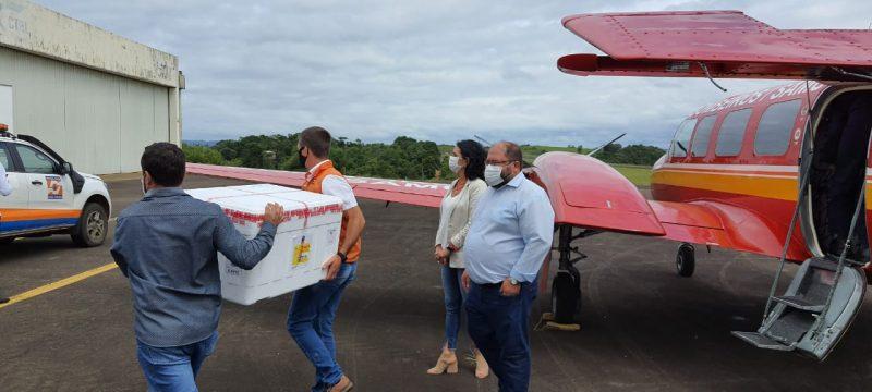 A aeronave Arcanjo 02 decolou da Capital às 8 horas e distribuiu as vacinas em Videira, Joaçaba, Concórdia, Xanxerê, Chapecó e São Miguel do Oeste. Na foto, primeira remessa chegando a Concórdia – Foto: CBMSC/Divulgação/ND