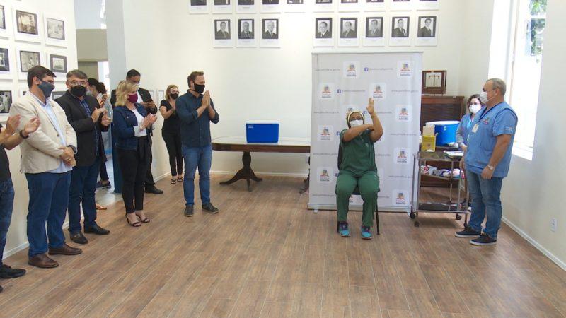 Rosângela foi a primeira pessoa a ser vacinada em Joinville – Foto: Alfa Stofelli/NDTV