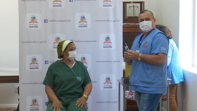 Odair da Silva foi a primeira pessoa a aplicar a dose da vacina em Joinville – Foto: Alfa Stofelli/NDTV