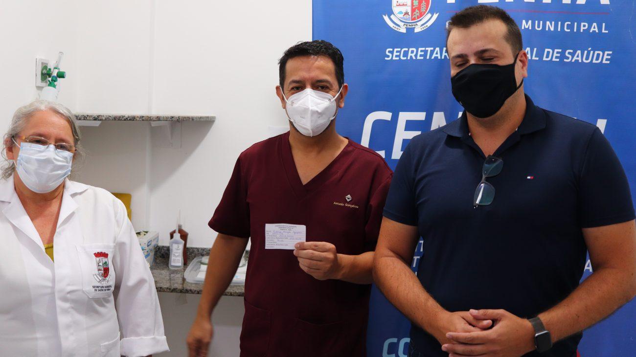O enfermeiro Antônio Donizete Gonçalves, 47, foi um dos primeiros vacinados de Penha. - Aleson Padilha/Prefeitura de Penha