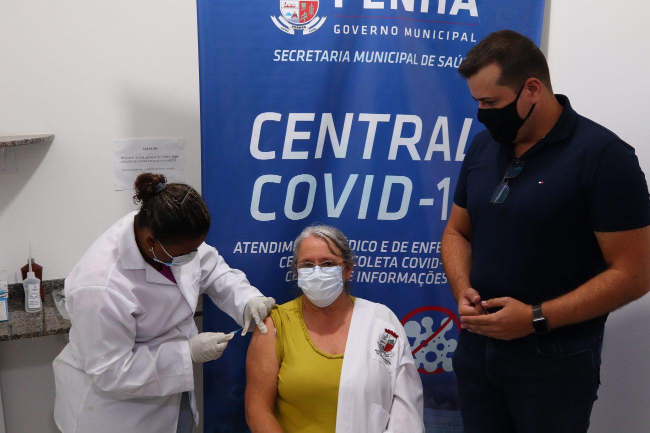 Lindair atua há 26 anos na Saúde de Penha – é vacinadora da Unidade Básica do Gravatá. - Aleson Padilha/Prefeitura de Penha