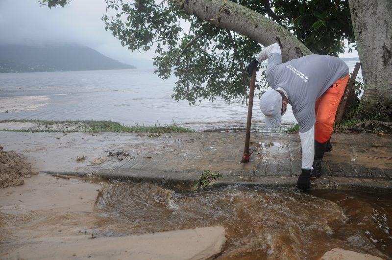 Rompimento da lagoa artificial de tratamento de efluentes da Casan causou danos ambientais na Lagoa da Conceição e materiais aos moradores – Foto: Leo Munhoz/ND