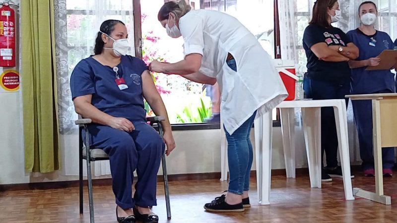 Cecília Rocha de Lima foi a primeira funcionária da instituição a receber a vacina – Foto: Juan Todescatt/NDTV