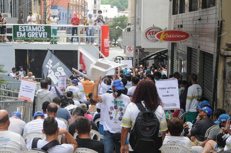 Empregados da Comcap durante greve que durou 14 dias no início deste ano – Foto: Léo Munhoz/ND