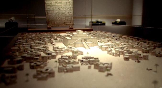 Representação do Zigurate de Ur: Zigurate é uma forma de templo, criada pelos sumérios e comum para os babilônios e assírios, construído na forma de pirâmides terraplanadas. Em Ur, o Zigurate era parte de um complexo de templos que servia como centro administrativo da cidade, e era um santuário do deus lunar Sin – Foto: Record TV/Divulgação