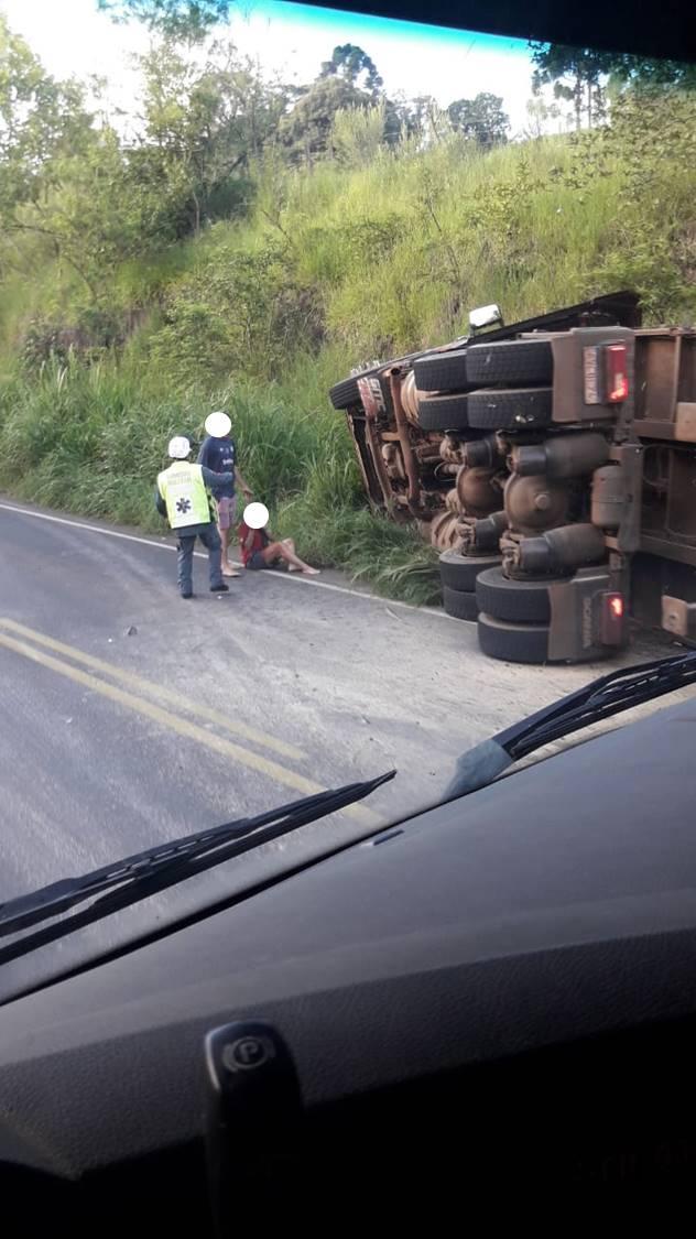 O Corpo de Bombeiros foi acionado e encontrou o casal, que estava na carreta, às margens da rodovia aguardando os primeiros socorros - Reprodução/Divulgação/ND