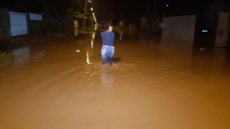 Os moradores da região tiveram dificuldade para chegar em casa – Foto: Divulgação/ND