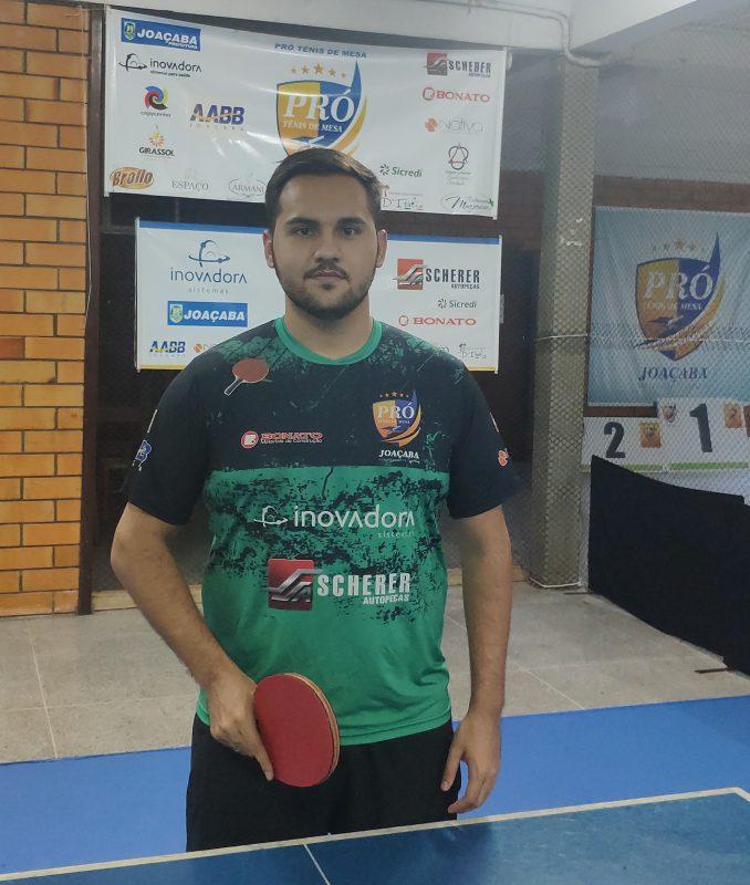 Mesatenista Daniel Godoi com a raquete de tênis de mesa na mão. Ele representará a cidade de Joaçaba na seletiva nacional.