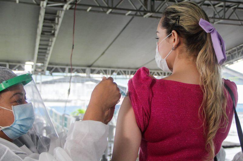 Mulher recebe dose da vacina contra Covid-19