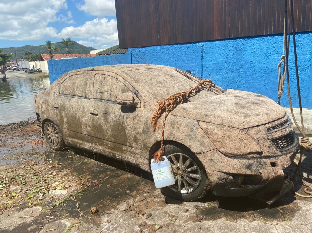 Carro estava atolado em lama até a metade - Polícia Civil/Divulgação