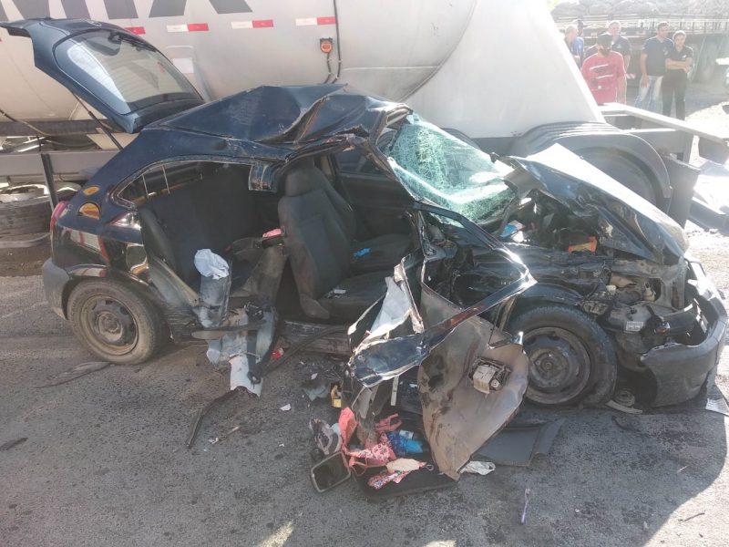 Carro bateu na lateral de um caminhão e duas pessoas morreram – Foto: PMRV/Divulgação