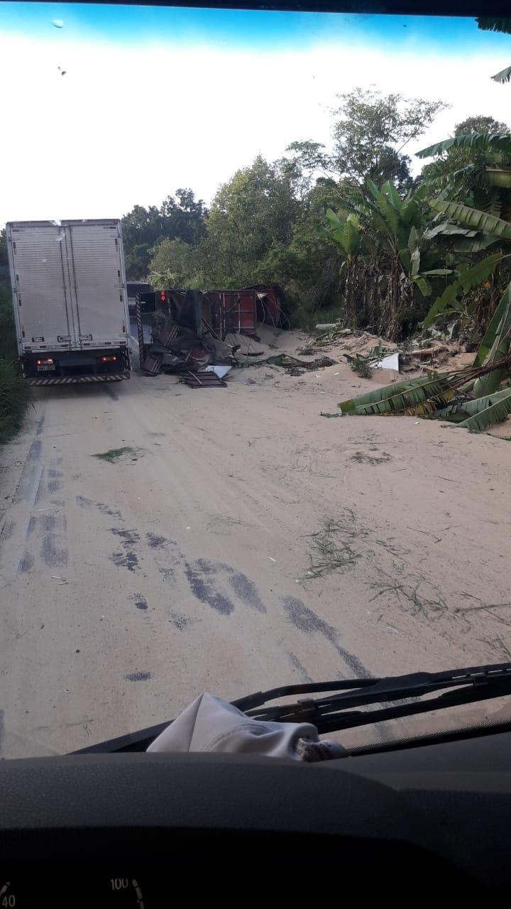 Por volta das 7h desta sexta-feira (5), uma carreta tombou depois de uma curva na SC-157, próximo a ponte sobre o rio Chapecó, no interior de Quilombo, no Oeste de Santa Catarina - Reprodução/Divulgação/ND