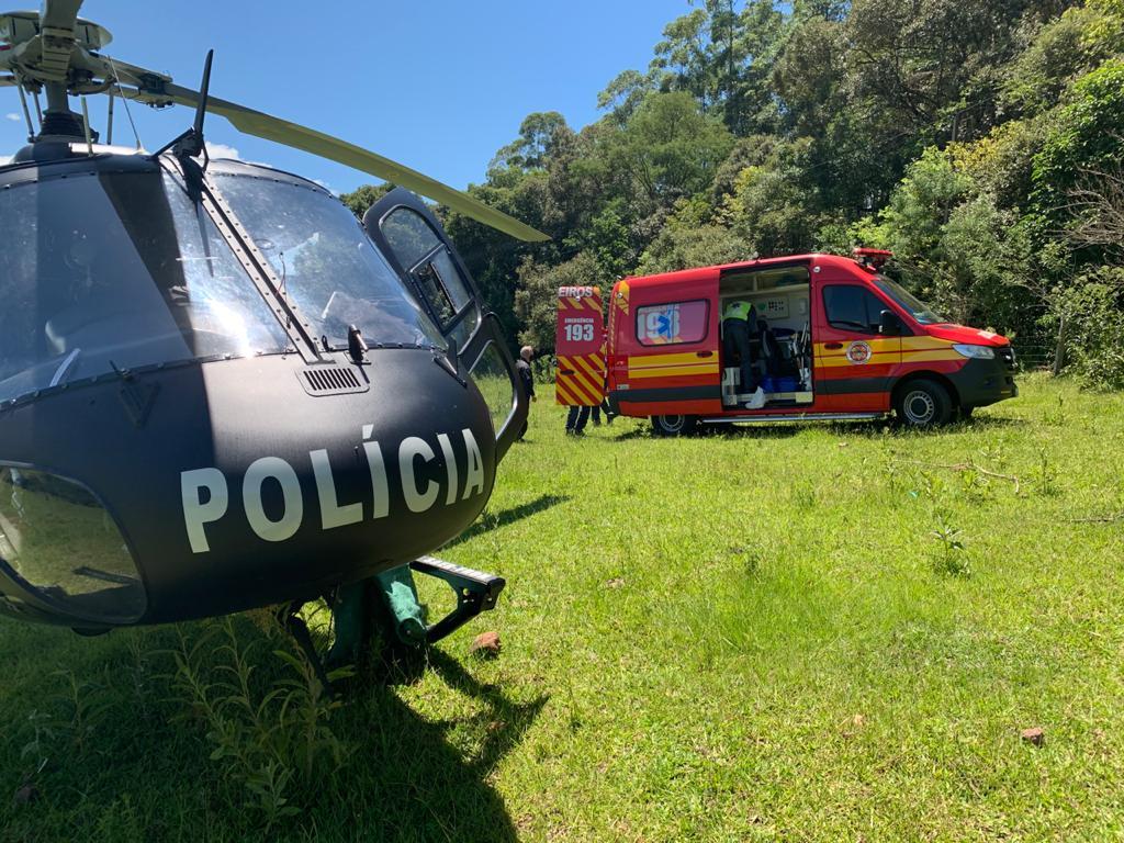 Homem foi socorrido pela equipe aeromédica após ser desencarcerada pelos bombeiros - Saer/Sara/Divulgação