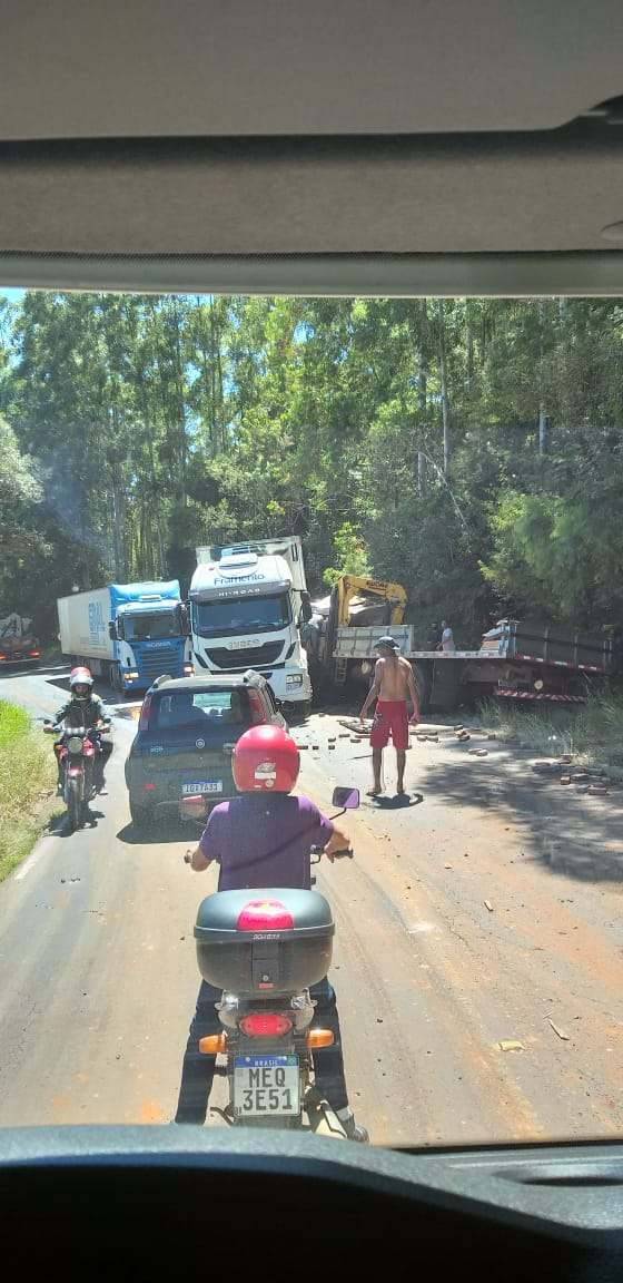 Motoristas que passavam pelo local acompanham o resgate do homem que ficou com as pernas presas no painel - Divulgação/ND