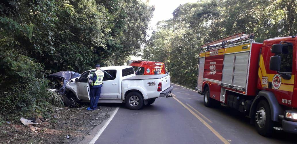 Motorista da caminhonete precisou ser levado ao hospital de Saudades para atendimento médico - Corpo de Bombeiros/Divulgação/ND