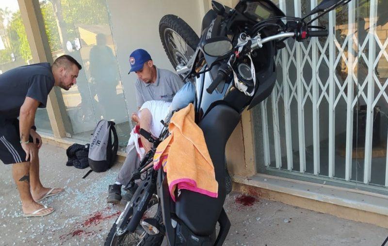 Motociclista fica ferida após acidente com fiação de telefonia – Foto: Reprodução/Redes sociais/ND