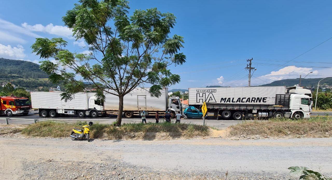 Carro fica prensado em engavetamento com quatro veículos em Rio do Sul - Divulgação/Corpo de Bombeiros Rio do Sul