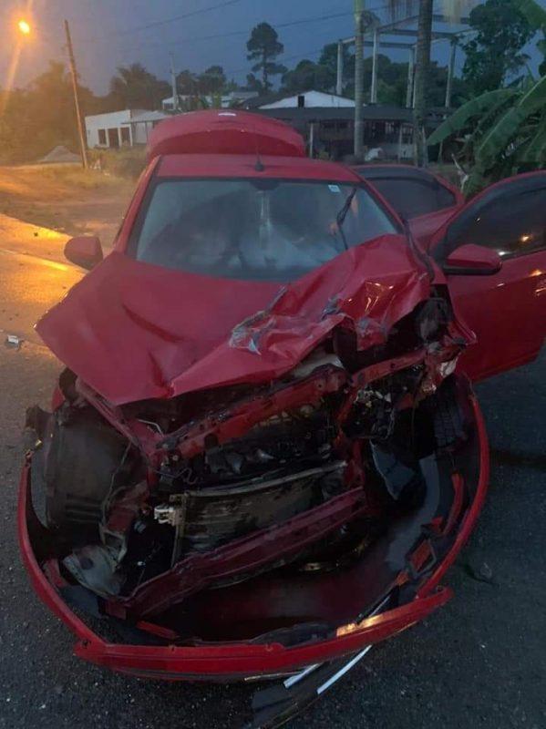 Mulher ficou ferida na colisão entre carro e caminhão – Foto: Redes sociais/ND