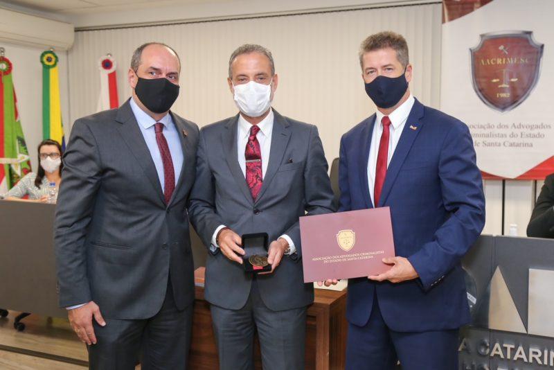Castelan recebe homenagem – Foto: Advogados Acrimesc