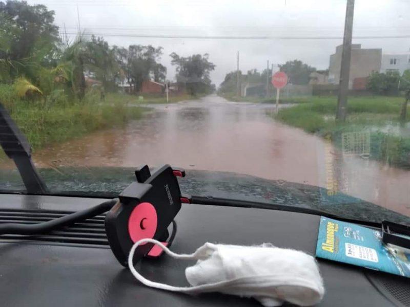 Em Itapoá, no Litoral Norte, alguns alagamentos já foram registrados em ruas da cidade – Foto: Redes sociais/ND