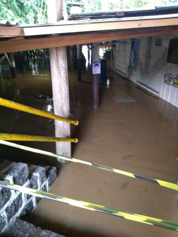 Defesa Civil impediu acesso a um bar, que fica à beira de um rio, e sofreu com o alagamento em Schroeder – Foto: Defesa Civil/Divulgação