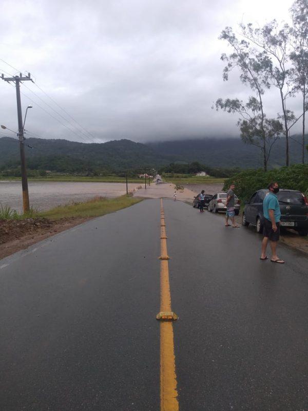 O rio passou por cima da ponte Trindade, que divide Schroeder e Jaraguá do Sul – Foto: Defesa Civil/Divulgação