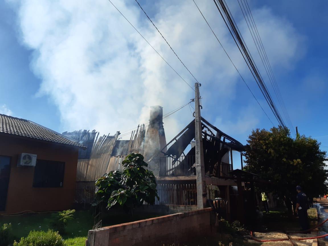 Fumaça chamou a atenção dos moradores que se aproximaram da casa para ver o que estava acontecendo - Alexandre Madoglio/NDTV