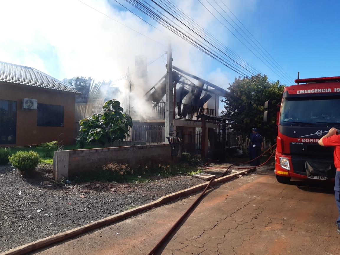 A parte de cima da casa, que era de madeira, ficou totalmente destruída - Alexandre Madoglio/NDTV