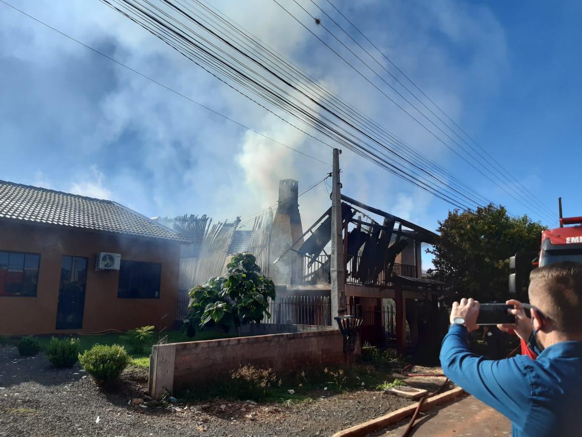 Corpo de Bombeiros deslocou um caminhão de combate a incêndio, uma ambulância e uma viatura para apoio - Alexandre Madoglio/NDTV