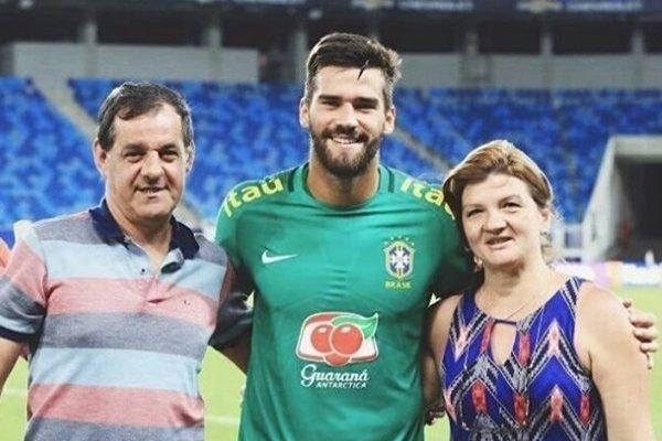 Alisson e os pais – Foto: Reprodução/Instagram