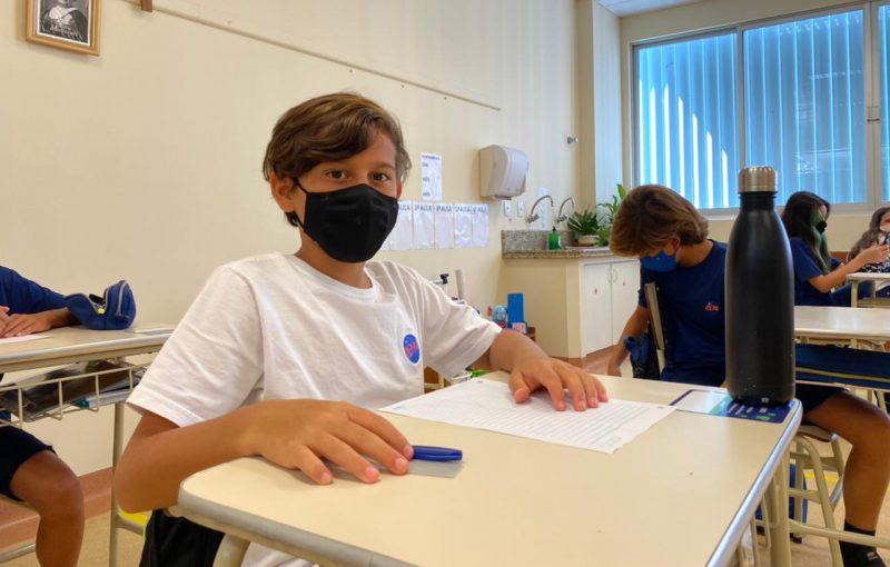 André Kuerten, de 11 anos, avalia que todos estão respeitando o distanciamento na sala de aula – Foto: Maria Fernanda Salinet/ND