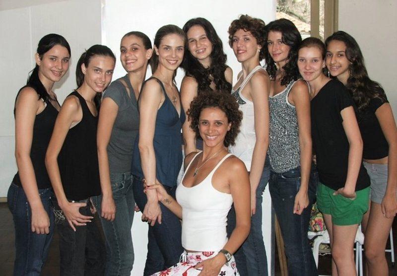 Instrutora Andréa Damiani com a turma de modelos na aula de passarela, no Rio de Janeiro – Foto: Divulgação/ND