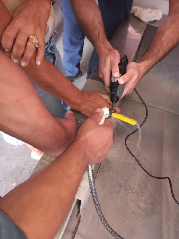 Mulher ficou com o anel preso no dedo e precisou da ajuda dos bombeiros para retirar o acessório – Foto: Divulgação/ND
