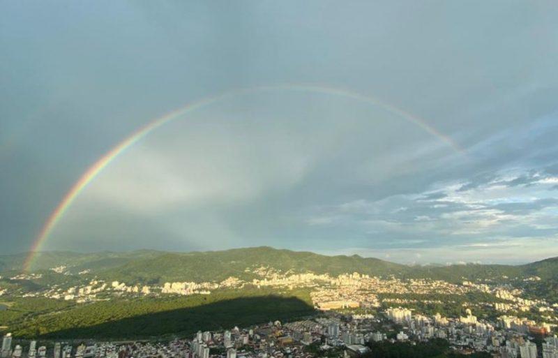 Porém, assim como toda chuva de verão, o céu voltou a se abrir, aos poucos, e um lindo arco-íris foi visto no céu de Florianópolis – Foto: Danilo Duarte/ND