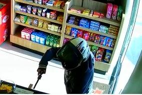 Câmera de segurança mostra um dos criminosos armado – Foto: Câmera de segurança/Reprodução