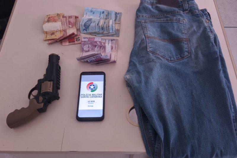 Homem suspeito de praticar série de roubos é preso em Brusque – Foto: Divulgação / PM Brusque