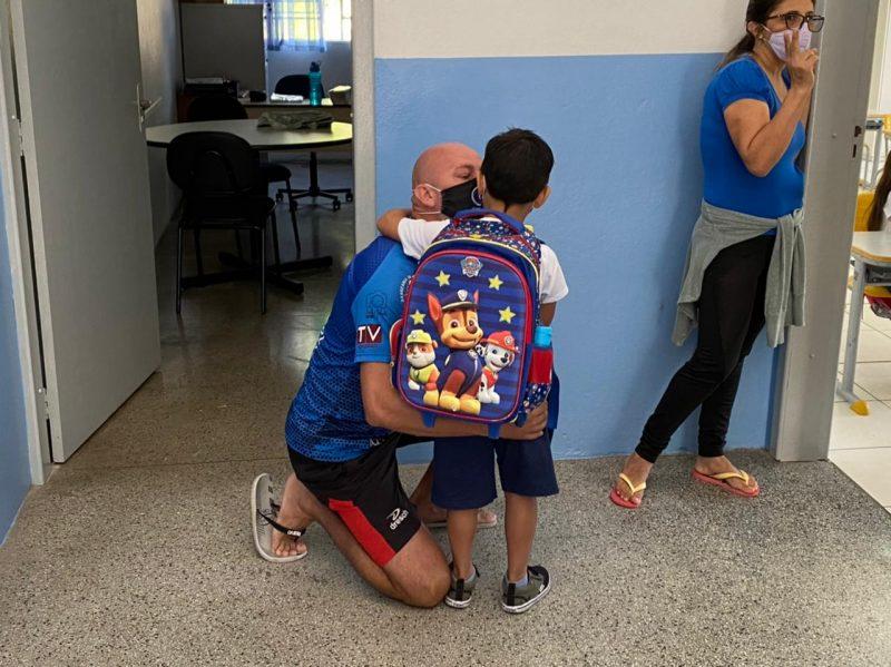 Pai se despede do filho no retorno às aulas em Blumenau