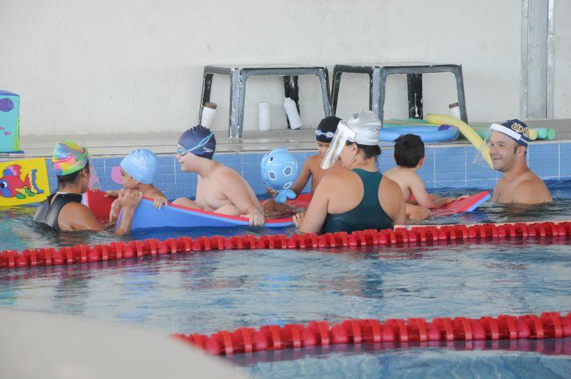 crianças e pais na piscina