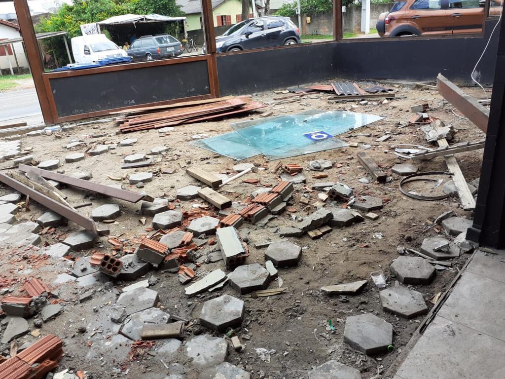 Chão do estabelecimento ficou completamente danificado - Reprodução ND