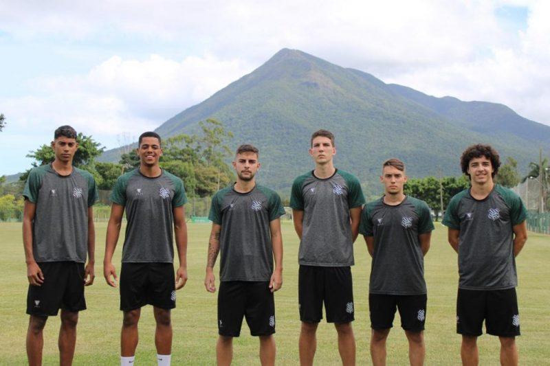 Os seis atletas oriundos da base do Figueirense ganham a oportunidade de ingressar numa carreira profissional – Foto: Patrcik Floriani/Figueirense