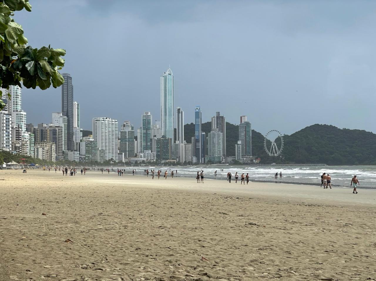Praia Central de Balneário Camboriú tinha certa movimentação de pessoas - Bruna Bertoletti/NDTV
